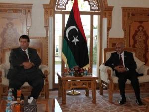 Trípoli (Líbia) - O deputado Adrian Mussi (PMDB) conversa com o presidente da Líbia, Mohamed Al Magarief, em audiência na qual participaram autoridades líbias e brasileiras