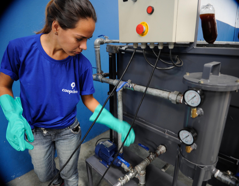Projeto quer reciclar 25 milhões de litros de óleo de cozinha até a  #1A3483 3000 2332