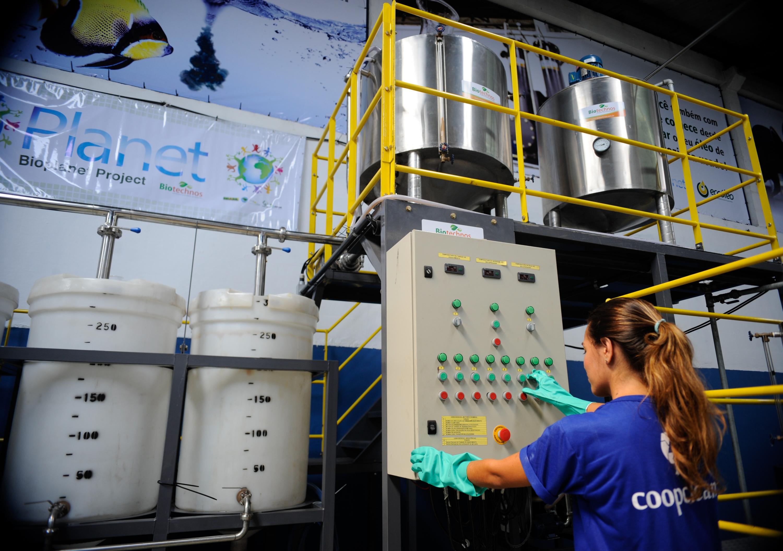 Projeto quer reciclar 25 milhões de litros de óleo de cozinha até a  #6C431C 3000 2112
