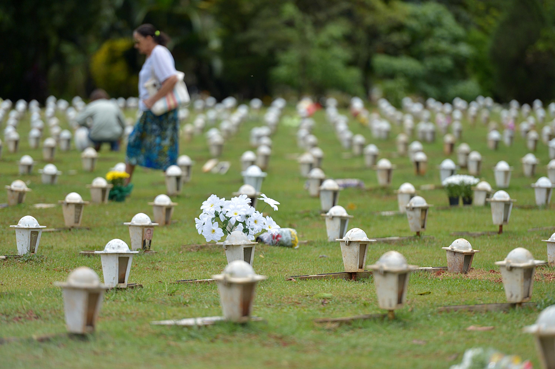 EBC | Com abraços gratuitos, religiosos ajudam a amenizar dor de quem  visita cemitério em Brasília