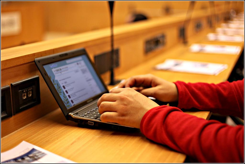 Pessoa usa um computador