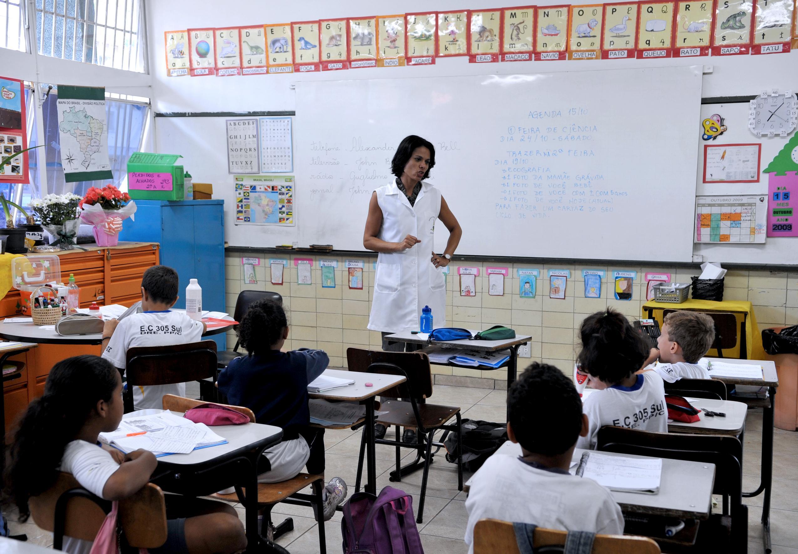 Resultado de imagem para professor em sala de aula em Brasília