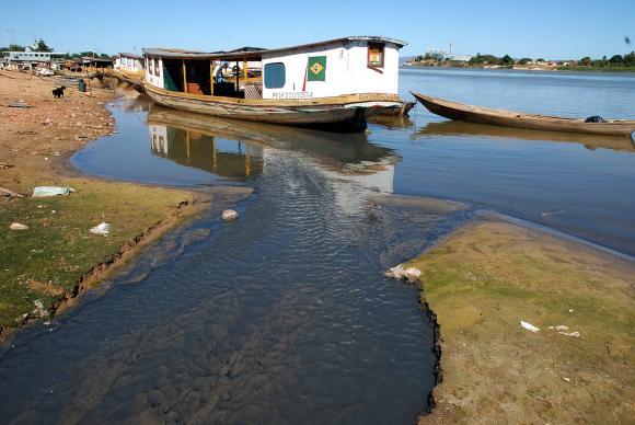 Setores como a agricultura, a navegação e a pesca têm sofrido prejuízos com a queda do nível do Rio São Francisco (Fábio Pozzebom/Agência Brasil)