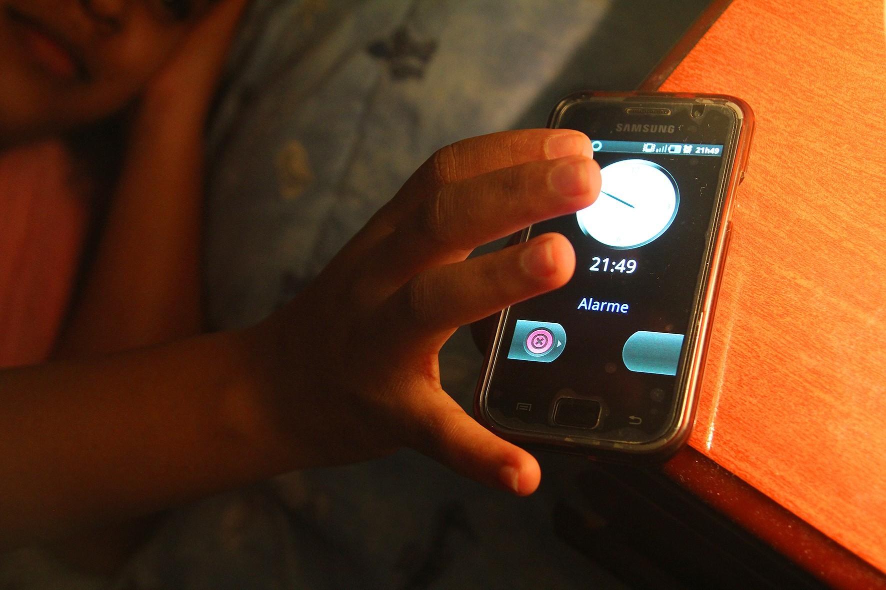 Luz brilhante de eletrônicos à noite diminui em 88% a produção de melatonina nas crianças, diz estudo