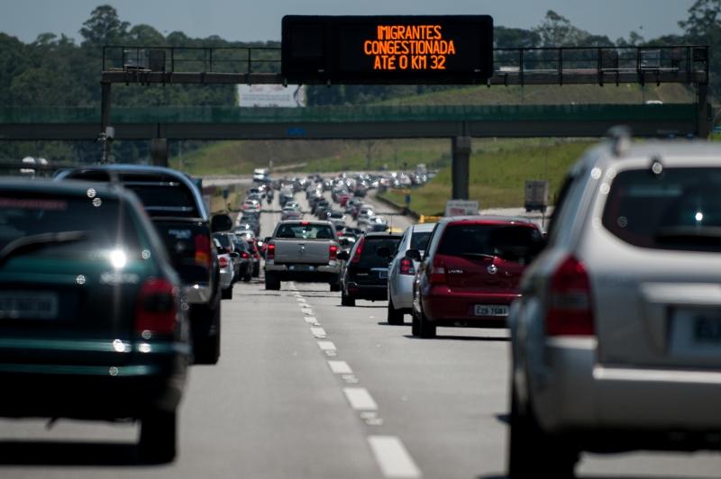 Motoristas enfrentam trânsito lento nas estradas de SP - Rádios EBC
