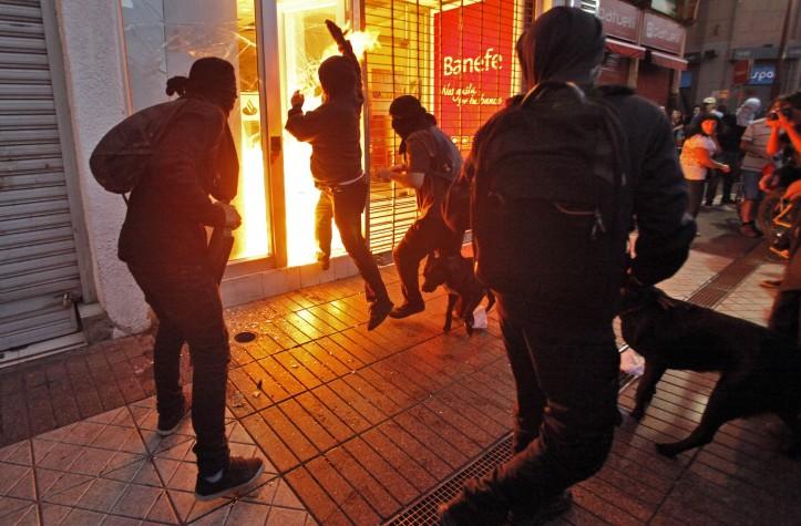 Encapuzados atacam instituição bancária no Chile