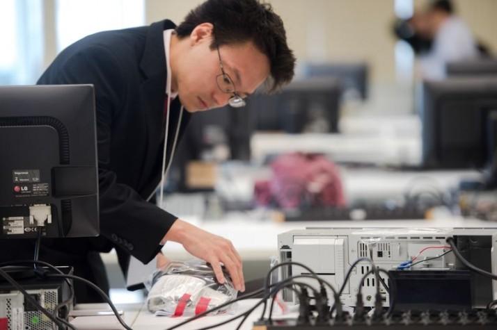 Especialistas testam urnas eletrônicas no TSE