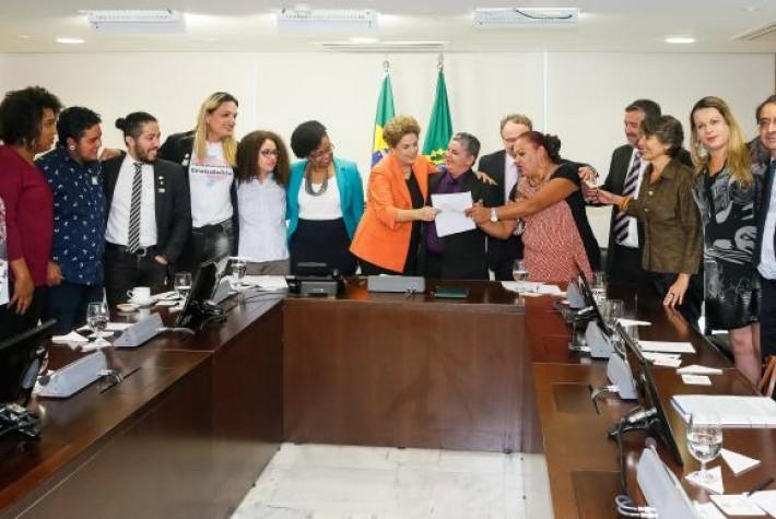 Presidenta Dilma Rousseff recebe o deputado Jean Wyllys (PSOL-RJ) e assina decreto que institui e reconhece a identidade de gêne
