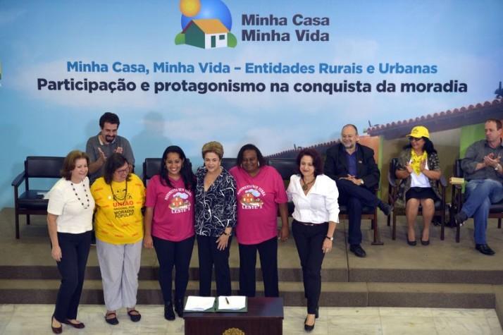Brasília – Presidenta Dilma Rousseff durante a cerimônia de contratação de 25 mil unidades habitacionais do programa Minha Casa,