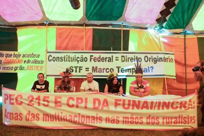 Brasília - Manifestantes de todo o país se reúnem no acampamento Terra Livre, ao lado do Memorial dos Povos Indígenas, para refo