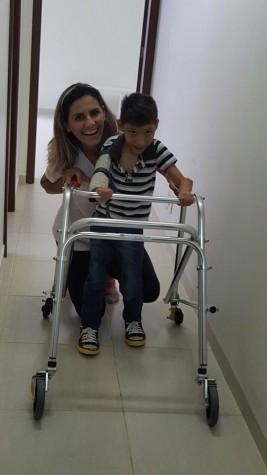 Leandro com sua fisioterapeuta