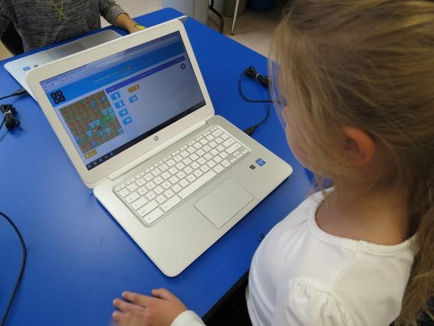 Criança apredendo a programar