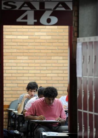 Estudantes fazem provas de biologia, física, química e matemática no segundo dia de vestibular da Universidade de Brasília