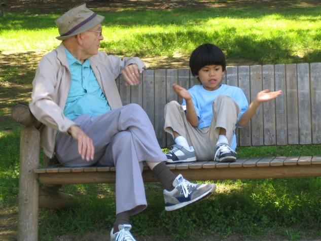 Avô conversando com neto