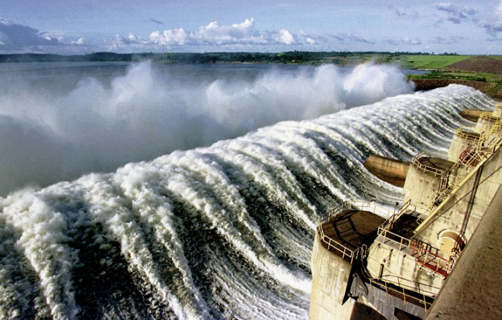 Hidrelétrica de Tucuruí, obra iniciada em 1975 no rio Tocantins, foi finalizada depois de 30 anos e custou cerca de 15 bilhões de dólares. Valor foi dez vezes mais do que o previsto inicialmente (Paulo Santos/2002/Amazônia Sob Pressão)