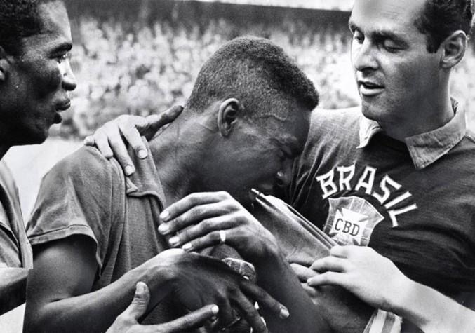 Com 17 anos, Pelé chora emocionado após a final da Copa de 1958