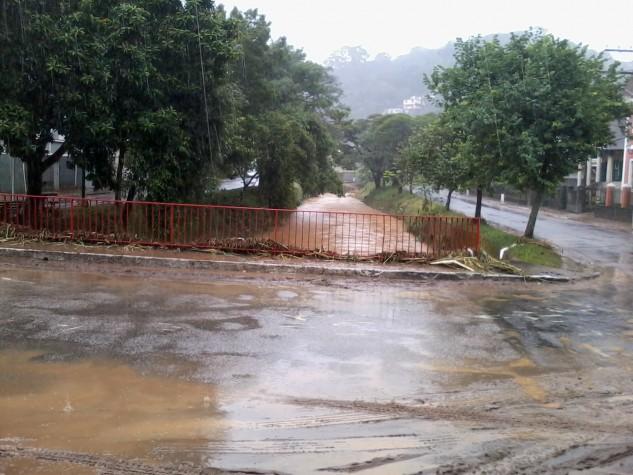Chuvas provocam alagamento e prejuízos em Petrópolis, no RJ