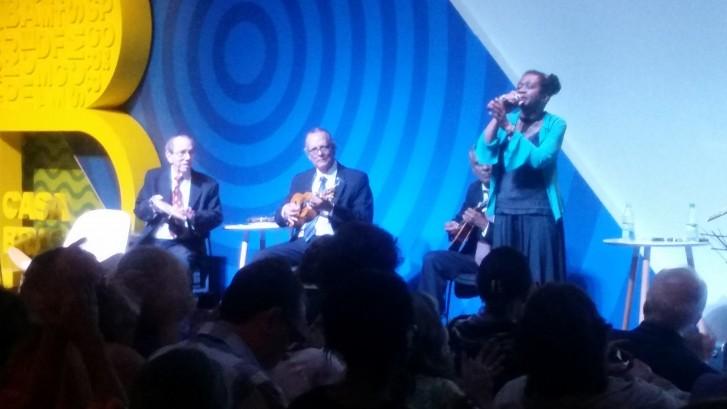 A cantora Áurea Martins emocionou o público com o Conjunto Época de Ouro