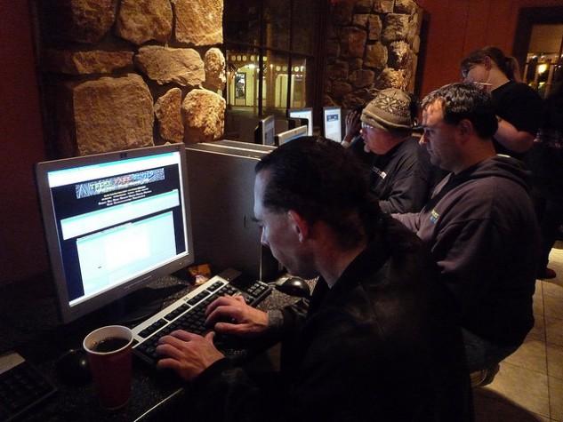grupo acessa internet num cyber cafe