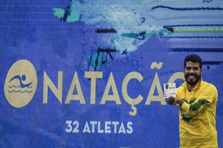 Daniel Dias exibe credencial de atleta para os Jogos Paralímpicos
