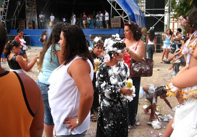 spray espuma carnaval alergia cuidados pele criança