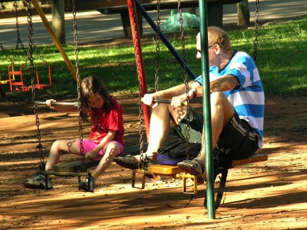 Pai e filha no parque