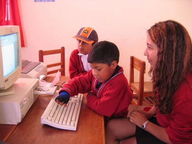 Pesquisa indica que crianças estão se conectando cada vez mais cedo à internet