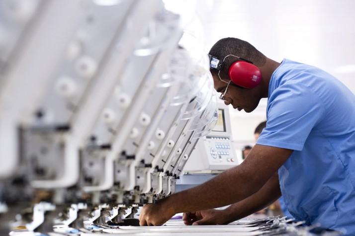 Operário trabalha na máquina de costura