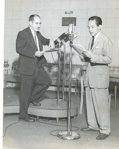 O escritor de radionovelas Amaral Gurgel e o radioator Gerdal dos Santos, no estúdio da Rádio Nacional nos anos 50