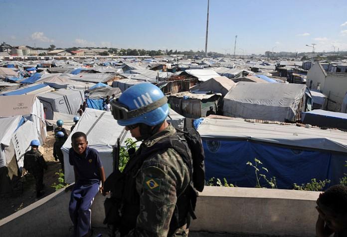 militares das tropas brasileiras da Missão das Nações Unidas para a Estabilização do Haiti fazem patrulha