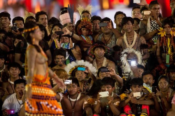 Mulheres de diversas etnias participam de desfile de beleza indígena durante os Jogos Mundiais dos Povos Indígenas