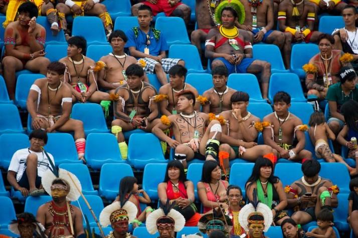 Indígenas assistem às competições de arco e flecha na arena dos JMPI