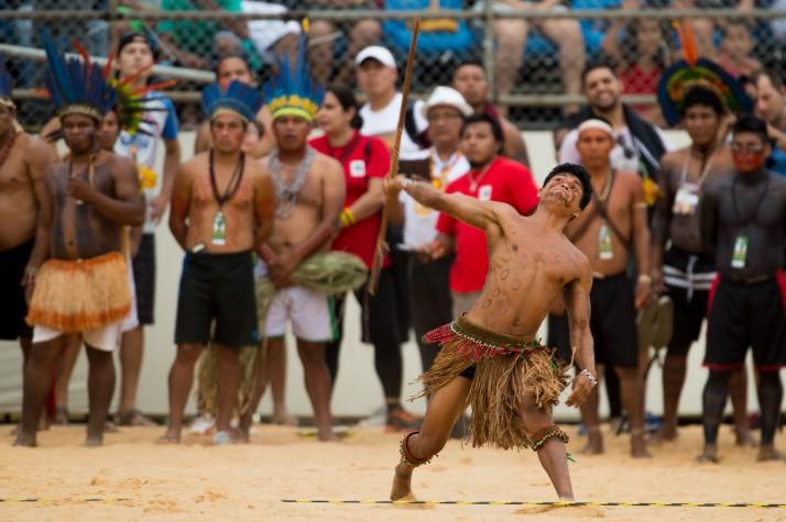 Índios participam da competição de arremesso de lança no segundo dia de competições nos Jogos Mundiais dos Povos Indígenas