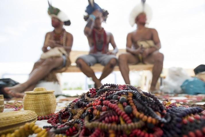 Representantes de várias etnias expõem seus trabalhos na feira livre de artesanato dos Jogos Mundiais dos Povos Indígenas