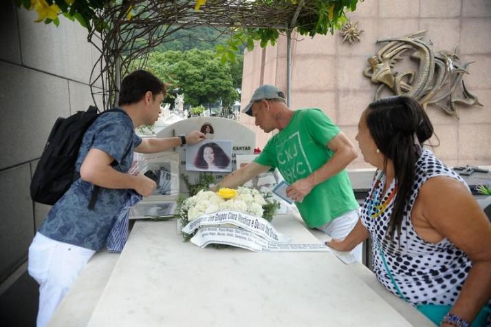 Fãs prestam homenagem no túmulo da cantora Clara Nunes, no Cemitério São João Batista
