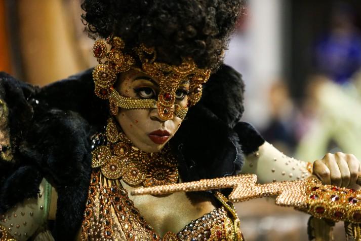 Destaque da Mocidade Alegre que desfilou no segundo dia dos desfiles das escolas de samba do Grupo Especial de São Paulo