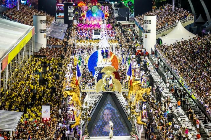 Vai-Vai desfila no segundo dia dos desfiles das escolas de samba do Grupo Especial de São Paulo, no Sambódromo do Anhembi