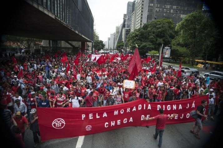 Manifestantes protestam no vão-livre do Masp por moradias populares