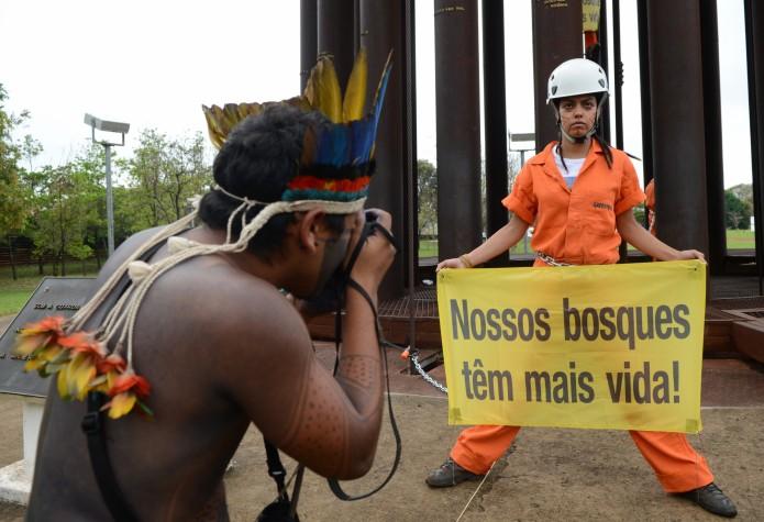 Índios e ativistas do Greenpeace protestam em Brasília contra PEC 215, que altera demarcação de terra