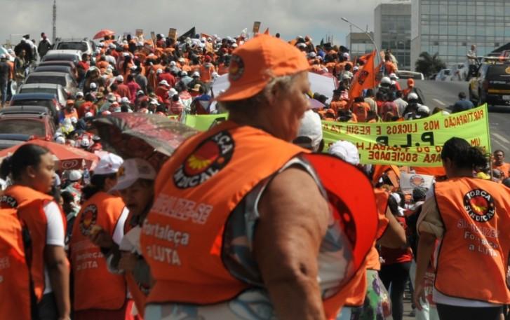 Brasília – As centrais sindicais fazem manifestação na Esplanada dos Ministérios para marcar o Dia Nacional de Luta. As principais reivindicações são redução da jornada de trabalho sem redução do salário, reforma agrária, mais recursos para educação e fim do fator previdenciário