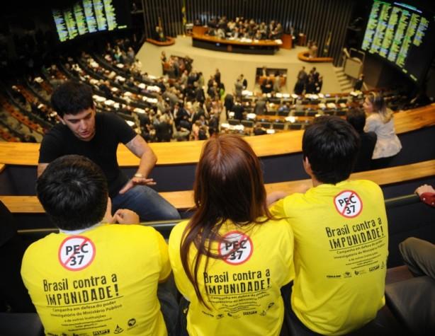 Manifestantes acompanham votação da PEC 37 no plenário da Câmara dos Deputados