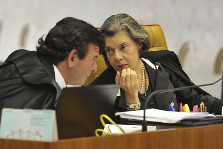Carmen Lúcia fala com Luís Fux