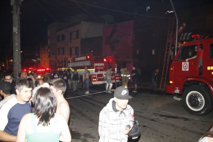 Bombeiros e população em frente ao local na hora do incêndio na boite Kiss, em Santa Maria (RS)
