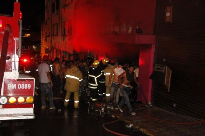 Momento de chegada dos bombeiros na boate Kiss, em Santa Maria (RS)