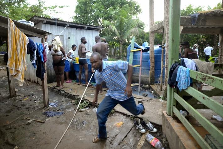 Imigrantes hatianos vivem em condições precárias em Brasileia (AC)
