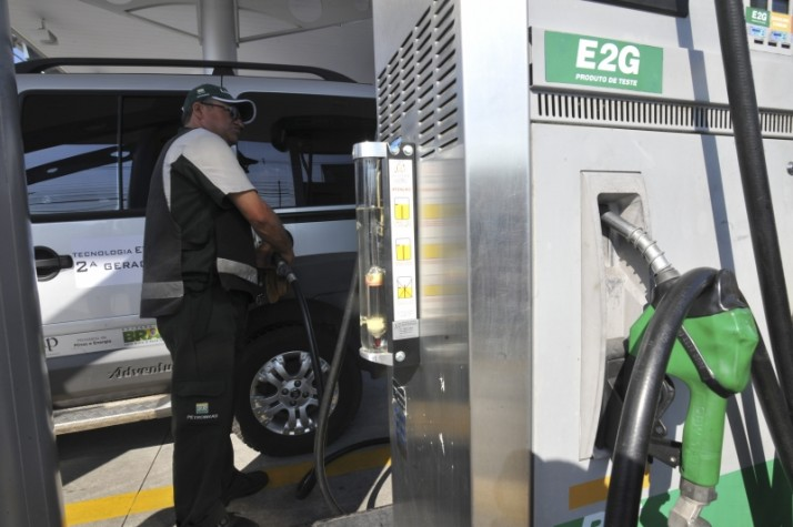 frentista abastece automóvel com etanol