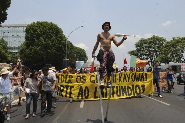 Estudantes saíram às ruas para manifestar apoio aos Guarani Kayowá