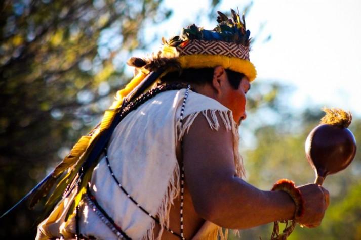 Cacique Guarani-Kaiowá dança com chocalho