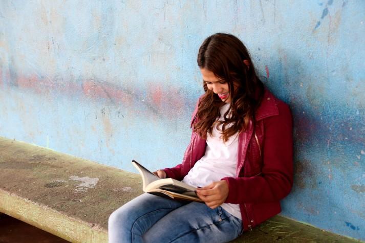 Aluna de escola pública lê um livro