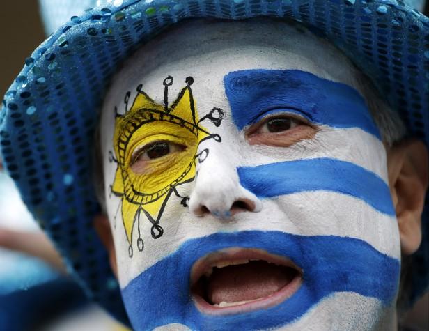 AP770104178655-torcedor-uruguaio